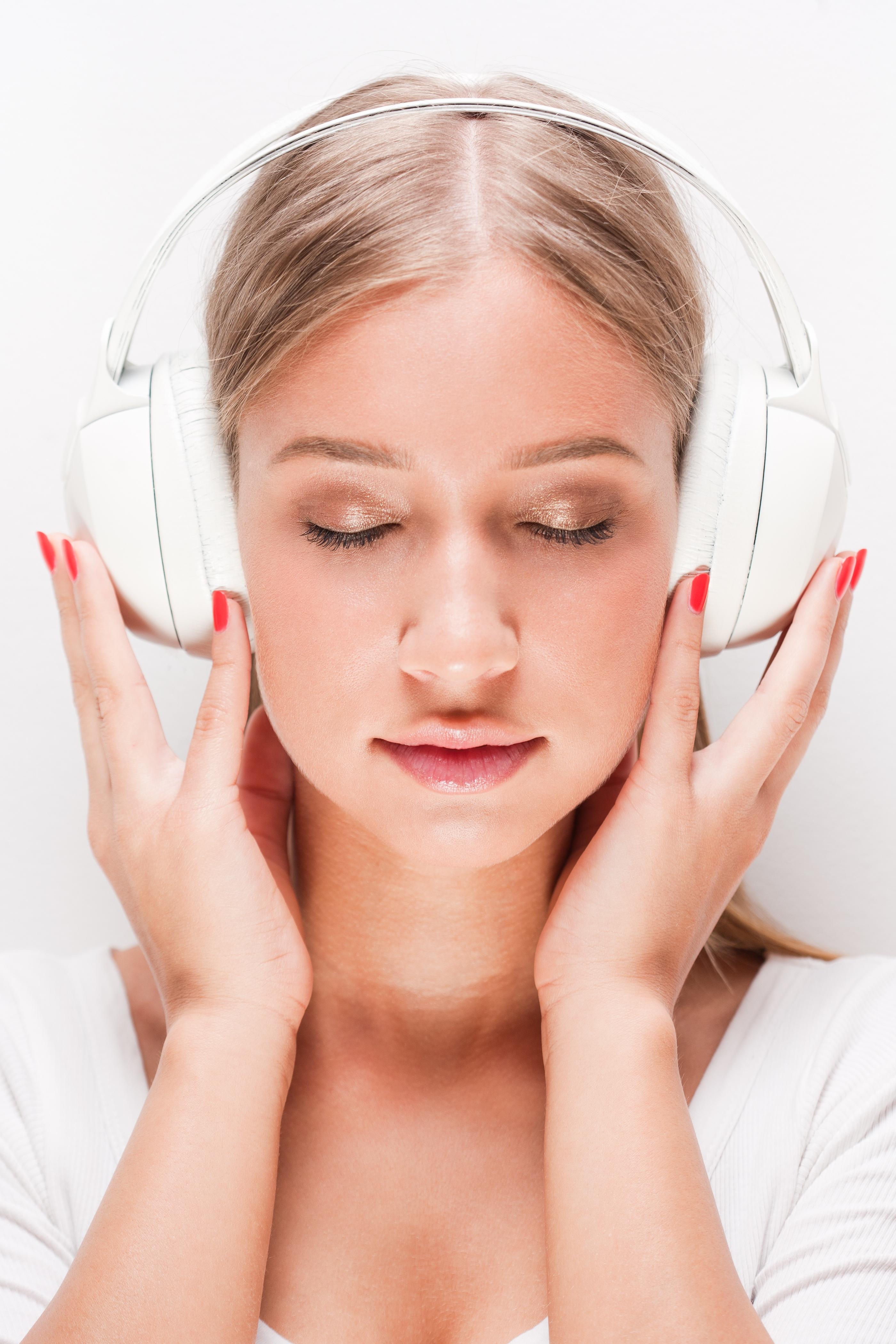girl_with_white_headphones.jpg